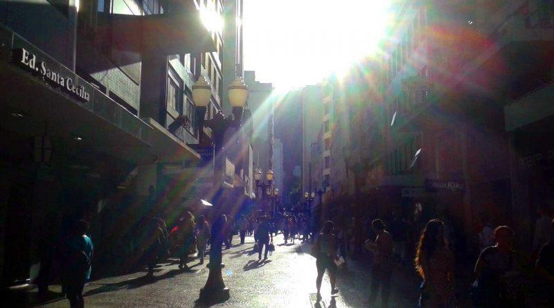 foto marcos alfredo jf centro sol calcadao 800x445 - Sábado com ruas interditadas e show no calçadão