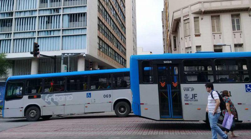 foto marcos alfredo motorista cobrador onibus centro transito 800x445 - JF: 11 linhas de ônibus têm horários e trajetos alterados
