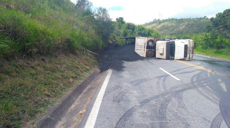 caminhao br040 acidente 800x445 - Caminhão tomba e interdita BR-040