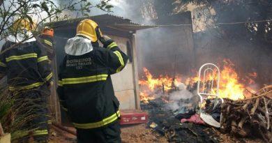 foto bombeiros incendio carandai 390x205 - Incêndio em casa faz 3 vítimas fatais em Carandaí