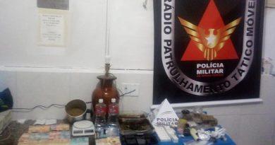 foto pm apreensao drogas trafico 390x205 - Polícia prende 7 pessoas por tráfico de drogas