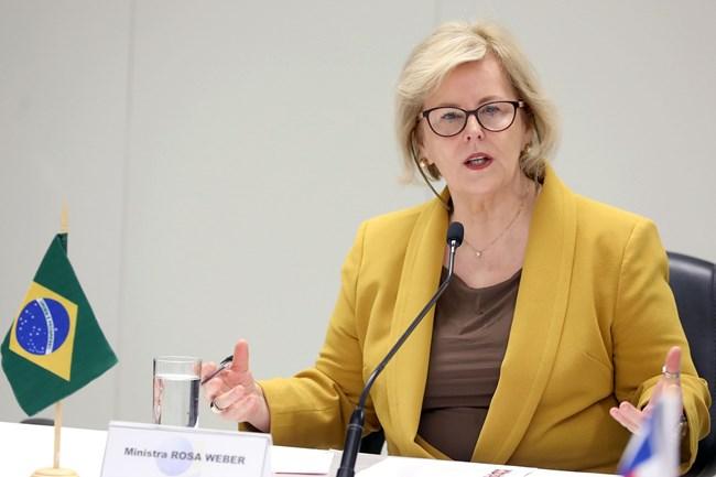 Rosa Weber destaca direitos humanos em cerimônia de diplomação de Bolsonaro