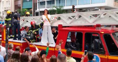 Miss Brasil é homenageada e  desfila com caminhão dos Bombeiros em JF
