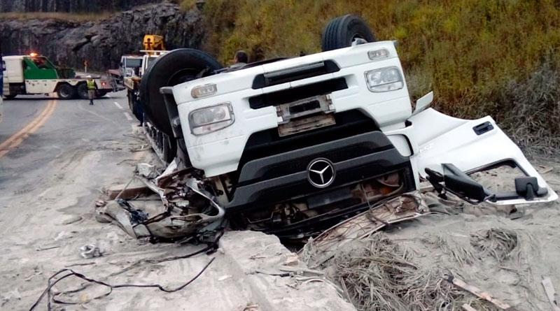foto bombeiros caminhao acidente - Acidente deixa vítima fatal em Barbacena