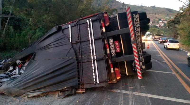foto prf acidente - Trânsito em meia pista na Estrada União e Indústria