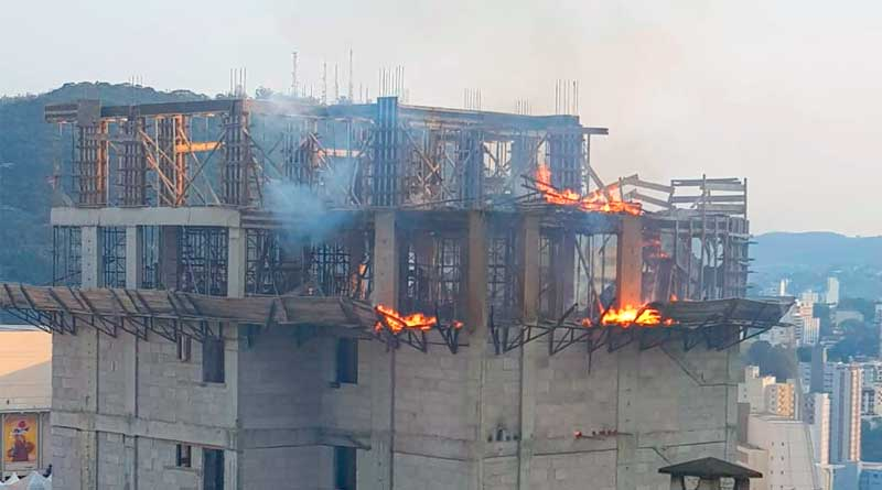 vjefuihvef - Incêndio atinge prédio em construção no Cascatinha