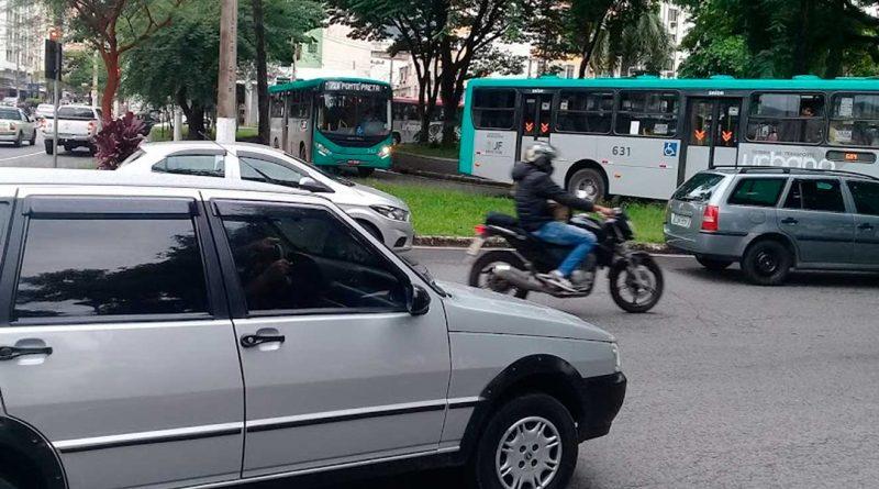 foto marcos alfredo transito carro moto onibus centro 800x445 - Feriado tem trânsito alterado em bairros de JF